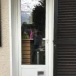 Serrurier Montreuil Porte fenêtre avec chatière PVC Cuisine apres extérieur ETS Phienboupha Serrurerie